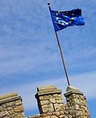 EU-flagga vajar över gammal fästning