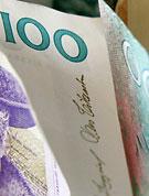 När bild av några sedlar som många med sjuk- eller aktivitetsersättning har för få av.