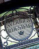 Riksdagens emblem som det ser ut oanför en av dörrarna till riksdagshuset.