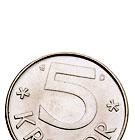 En fem krona som är på väg ut ur bildens nederkant