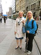 Pirjo Tujula och Jaana Länkelin, båda tillgänglighetsombudsman, på en gata i Helsingfors
