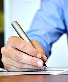 En skjortklädd hand skriver