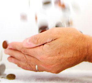 Utsträckta händer som det faller mynt i.