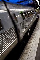 Ett X2000-tåg lämnar stationen.