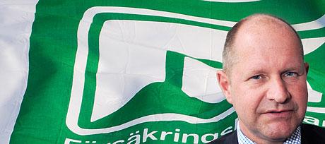 Försäkringskassans GD Dan Eliasson ihopklippt med en bild av Försäkringskassans flaga