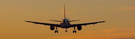 Flygplan i skymningen