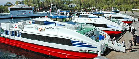 Tre båtar av den prisbelönta modellen vid kaj.