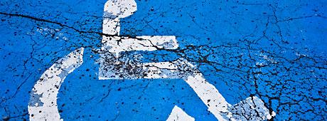 Handikapparkeringssymbol målad på marken