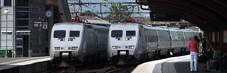 Två X 2000-tåg inne på en station