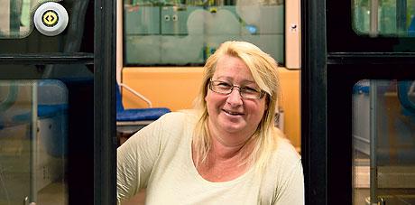 Inga-Karin Darner poserar i en spårvagn.