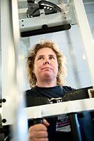 Malin Larsson jobbar i en maskin på gymmet