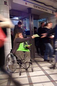 MAria Johansson, DHR, delar ut flygblad i morgonträngseln i Stockholm.