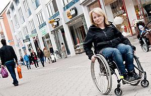 Pia Hammargren i rullstol på en gågata