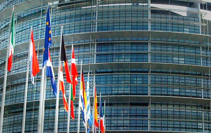 Flaggor vajar framför Europaparlementet
