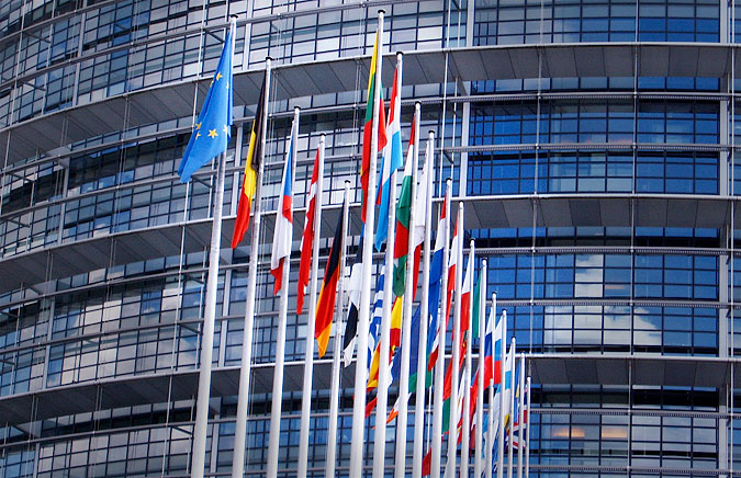 Slokande fanor utanför EU-parlamentet
