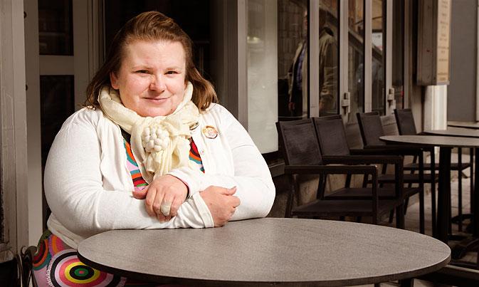 Maria Johansson sitter vid ett kafébord