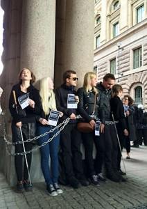 Demonstranter har kejat fast sig vid en pelare.
