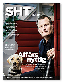 Omslaget till SHT 5. Magnus Berglund sitter i en stol med en hund vid sin sida.