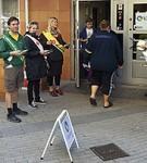 Partiarbetare delar ut valsedlar utanför en vallokal